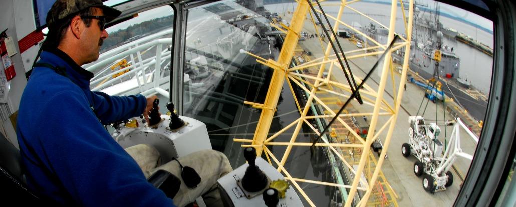 071009-N-1745W-089 EVERETT,华盛顿(10月9日2007) -普吉特海湾海军造船厂吊车司机乔Brutto从ship&dm4atp&s驾驶舱移动USS Abraham Lincoln &dm4atp&s (CVN 72)紧急抬举费力的起重机或&dm4dqpt&Tilly&dm4dqpt&向海军岗位Everett码头。 蒂利将经过负荷测试在海军岗位Everett在被装载之前再确认它为舰上使用林肯。 美国海军相片由大众通讯专家海员Brandon威尔逊(被发行)
