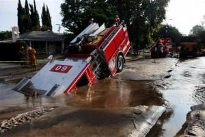 los-angeles-fire-truck-sinkhole