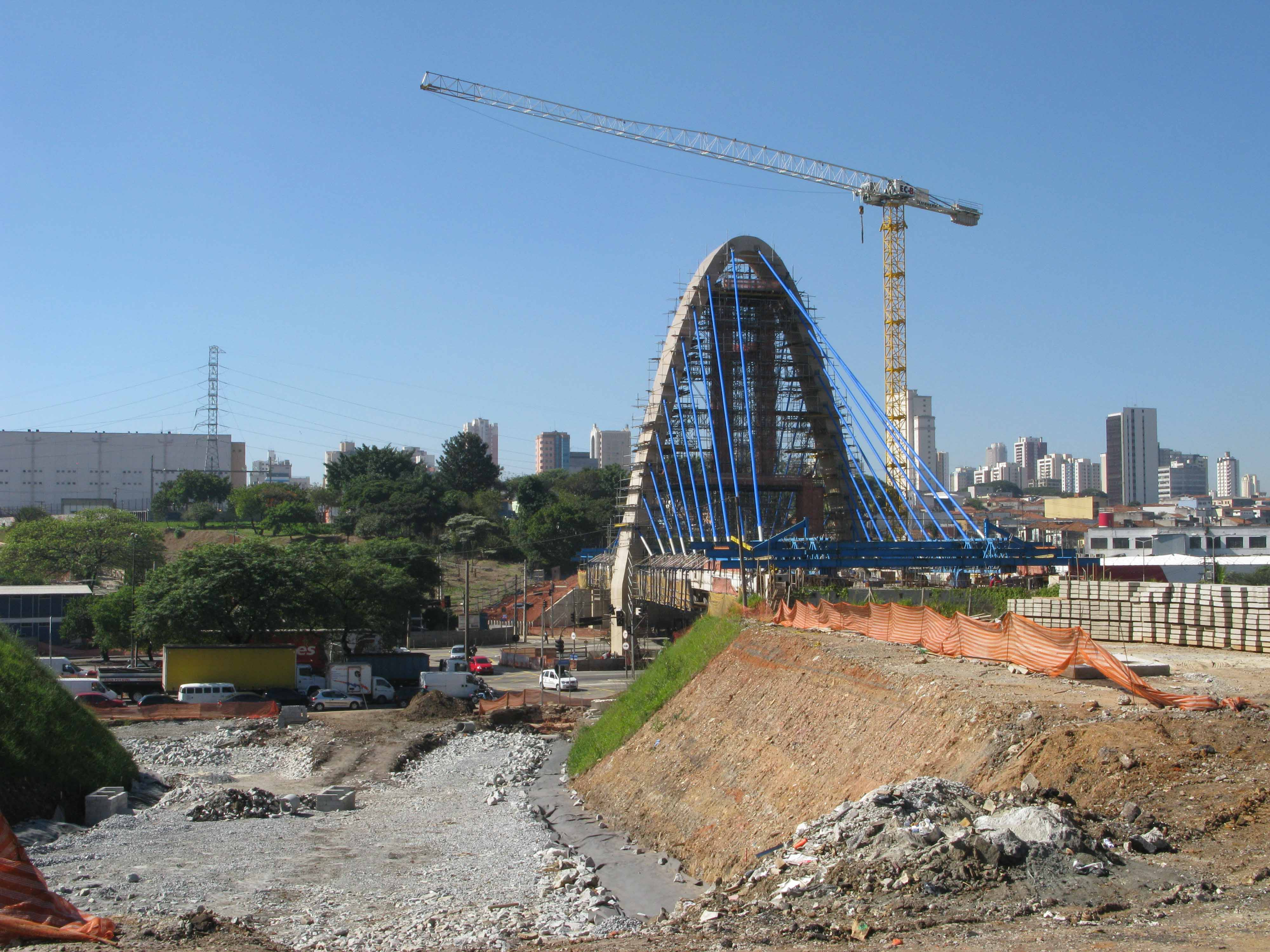 Liebherr erects cable-stayed bridge at eastern gateway to