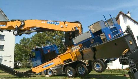 Articulated crane overturns 1