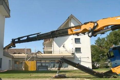 Articulated crane overturns 2. jpg
